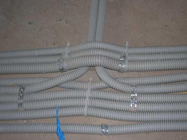 фото электромонтажа как понятно прокладка провода креплением скобами в гофре в штробе